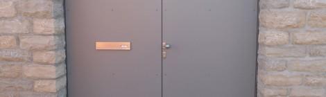 Hoftor in Stahl und Compact-Schichtstoff