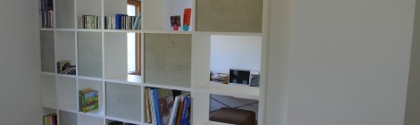 Bücherregal in Weiß / Beton