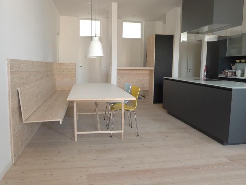 egon mit h ngender bank in l rche singer schreinerei. Black Bedroom Furniture Sets. Home Design Ideas