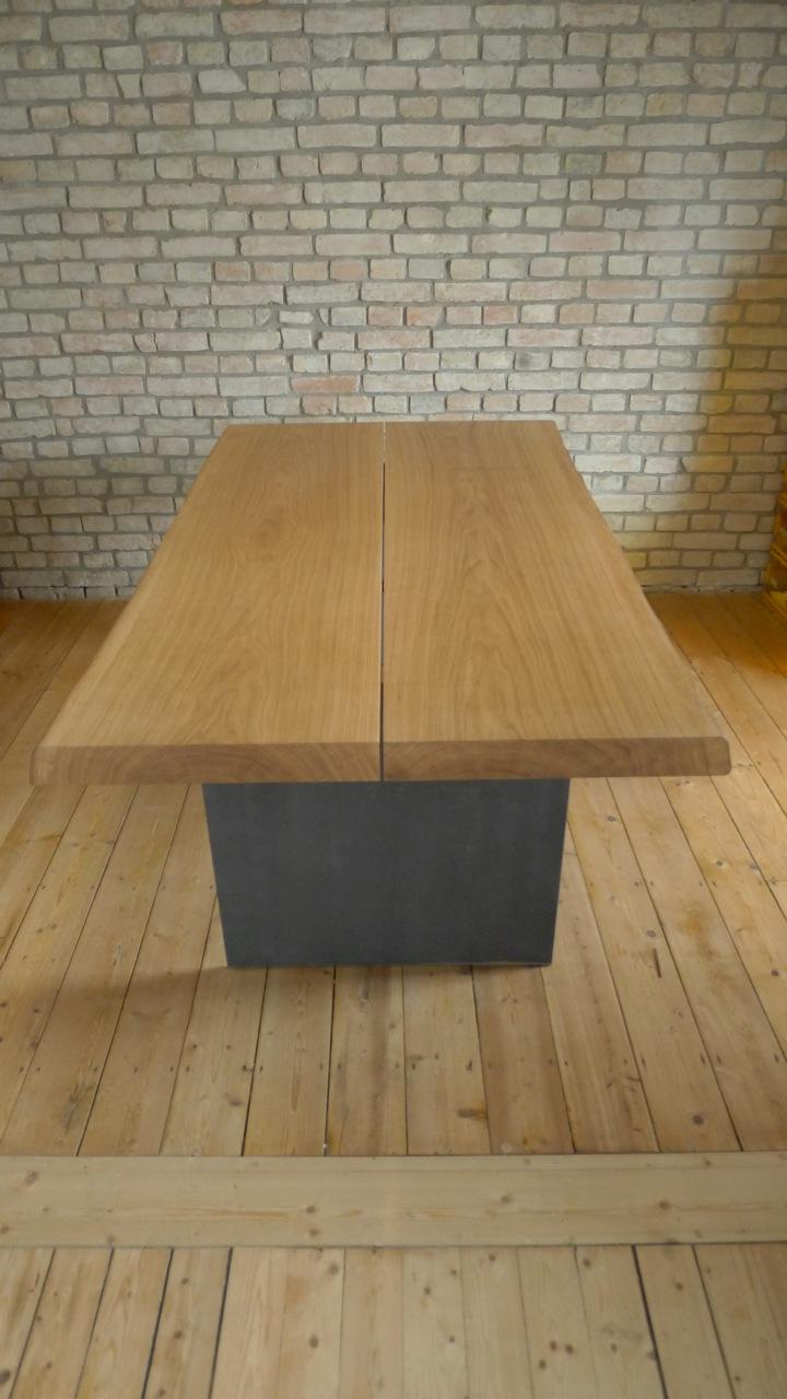 Tisch In Eiche Mit Waldkante . Stahlwangen Grau Lackiert