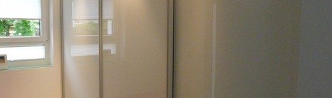 Schiebetürsystem in Weißglas