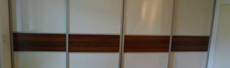 Schiebetürsystem in Hochglanz Weiß mit Zwetschge