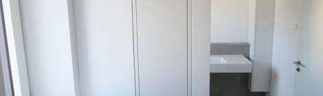 Badmöbel . Nischenschränke in Hochglanz Weiß und Eiche