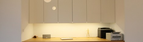 Home office. Schreibtisch mit astiger Eiche, Hängeschränke weiß, Hochglanz, grifflos