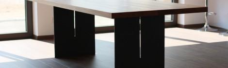 Tisch. Ulme auf Stahlgestell