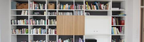 Regal für Bücher und TV, weiß + Schiebetür in Eiche