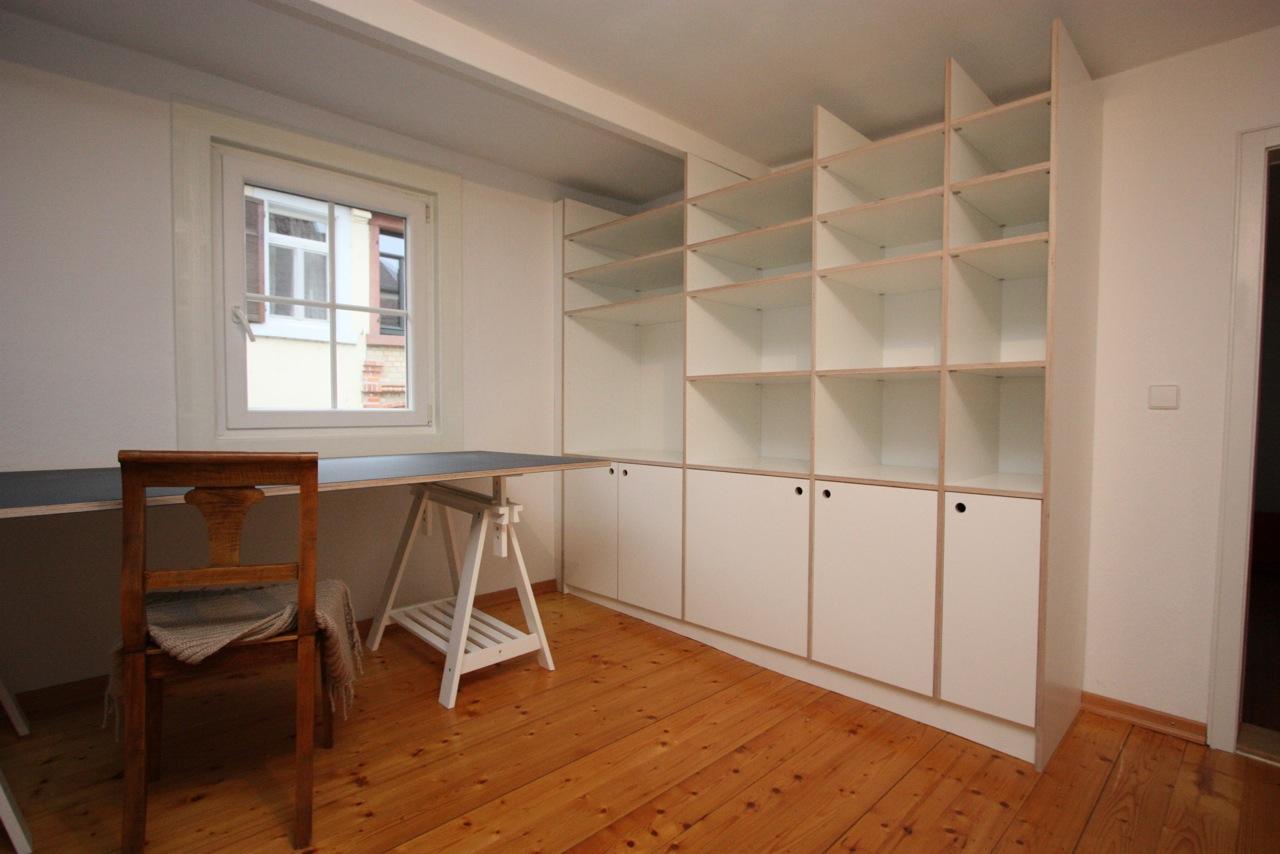 regal aus wei em multiplex auf extrem schiefen boden. Black Bedroom Furniture Sets. Home Design Ideas