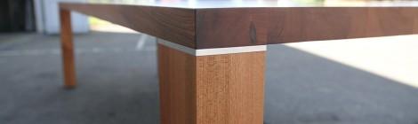 Tisch, zargenlos, in Ulme. 3m lang