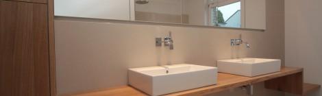 Bad in Eiche mit flächenbündigen Spiegelschränken